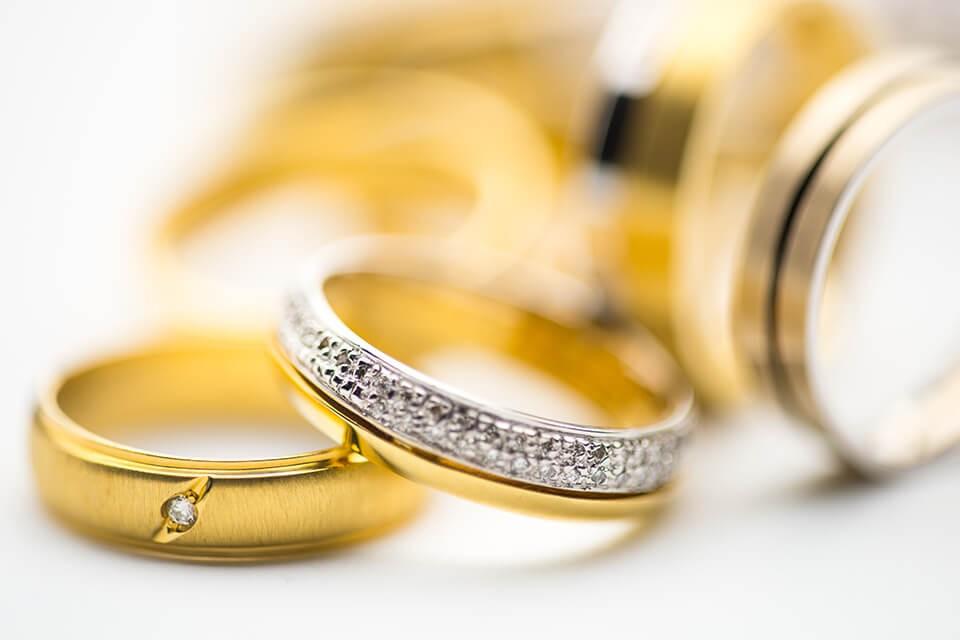為籌足出國進修學費,尋求 高價收購鑽石黃金 的屈小姐